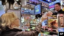 美国纽约一家杂货店在出售超级百万彩票。(资料照片)