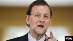 西班牙首相拉霍伊在马德里记者会上讲话
