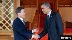 문재인 한국 대통령은 3일 청와대에서방한 중인 바락 오바마 전 미국 대통령을 만나 악수하고 있다.