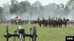 Reka ulang pertempuran di Manassas, Virginia (24/7) adalah satu di antara beberapa reka ulang yang diselenggarakan untuk mengenang 150 tahun perang saudara di Amerika.