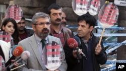 Luật sư Tahir Elci nói chuyện với phóng viên trước khi bị bắn chết ở Diyarbakir, Thổ Nhĩ Kỳ, 28/11/2015.