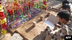 파키스탄에서 지난 10일 자살 폭탄 테러로 목숨을 잃은 학생의 묘소에 들른 동급생들이 애도하고 있다.