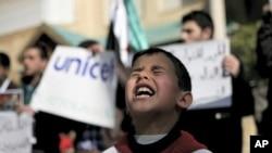 一名叙利亚男孩2月20日在约旦举行的要求联合国保护叙利亚儿童的集会上高呼口号