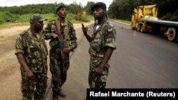 Des soldats angolais à un poste de contrôle sur la route entre Cabinda et Belize, le 16 janvier 2010. (Photo: REUTERS/Rafael Marchante)