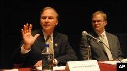 福布斯议员(左)哈佛大学演讲谈美中关系