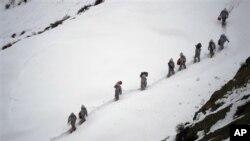 巴基斯坦陆军的士兵2月19日背着给养向一处高山军营进