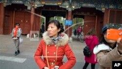 遊人在北京大學入口拍照留念(2014年11月20日資料照)