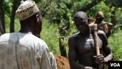 Local mining officials mediate disputes when a particularly large chunk of gold is discovered at this Zamfara mine (VOA - H. Murdock).