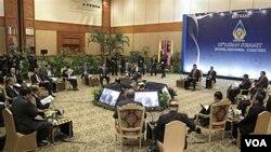 Para pemimpin negara anggota ASEAN bertemu dalam KTT ASEAN ke-18 di Jakarta (8/5).