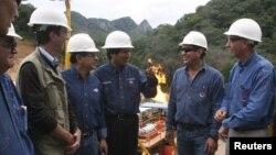 El presidente de Bolivia, Evo Morales (tercero desde la derecha) inspecciona un campo de gas natural de YPFB, en Santa Cruz.