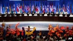 남미 콜롬비아 카르타헤나에서 개막된 미주정상회의에서 축하공연을 바라보는 각국의 정상들