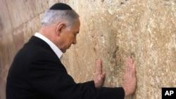 Izraeklski premijer juče tokom molitve ispred Zida plača u starom Jeruslamu