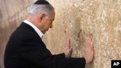 2015年2月28日以色列总理内塔尼亚胡在祈祷耶路撒冷老城西墙