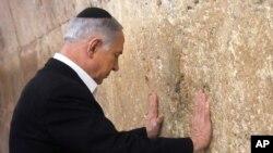 Perdana Menteri Israel Benjamin Netanyahu berdoa di Dinding Barat di Kota Tua Yerusalem, 28 Februari 2015.