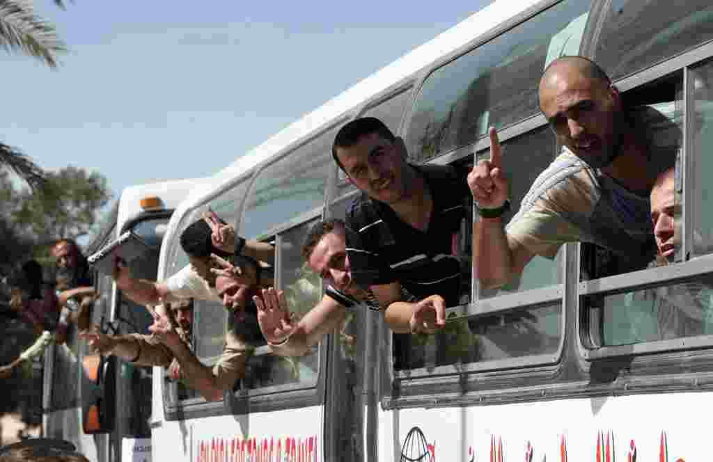 Prisioneros palestinos recién liberados arriban a la Franja de Gaza por el sur, desde el lado egipcio en la frontera de Rafah.