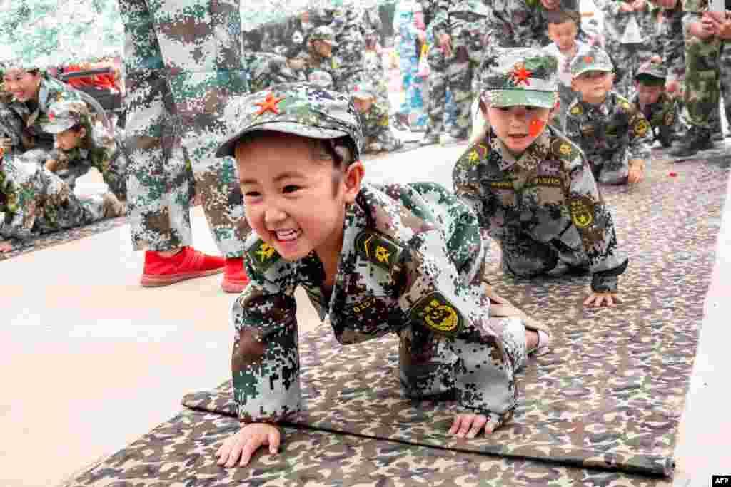 2018年5月30日,在中国河南省滑县,国际儿童节之前,孩子们在幼儿园模拟军事演习。中国6月1日庆祝国际儿童节。