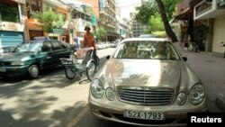 Một người lái xích lô ngang qua 1 chiếc Mercedes Benz trị giá 99.000 USD trong khu trung tâm thành phố HCM. Một báo cáo mới cho thấy Việt Nam là quốc gia có tốc độ giàu lên nhanh nhất thế giới.