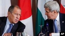 Menlu Rusia Sergey Lavrov (kiri) dan Menlu Amerika John Kerry dalam pertemuan mengenai Suriah (foto: dok).