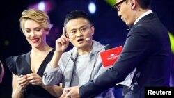 阿里巴巴集团主要创始人和董事会主席马云和美国演员斯嘉丽·约翰逊在深圳参加阿里巴巴的双十一国际购物节开幕式(2016年11月10日))