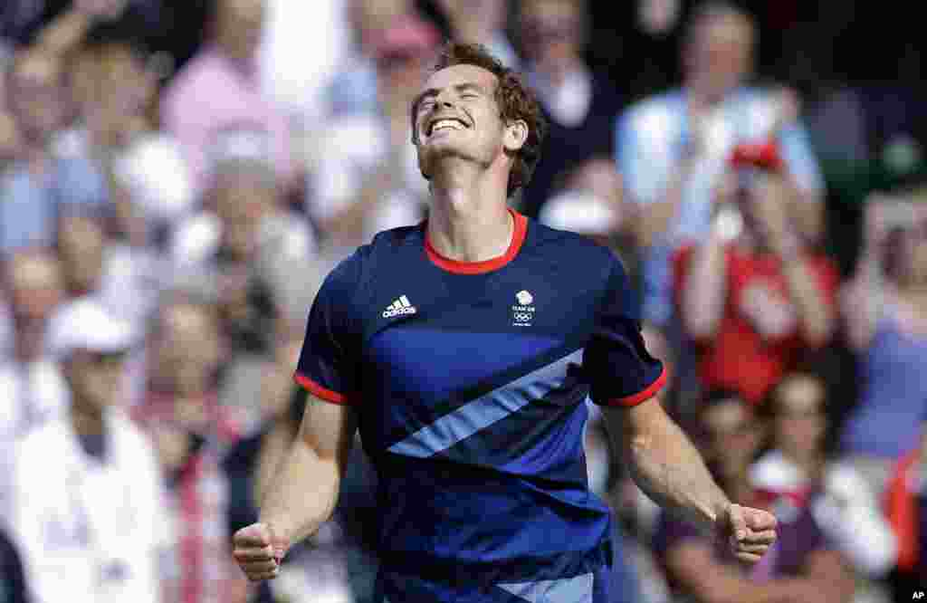 Britain's Andy Murray celebrates after defeating Switzerland's Roger Federer to win the men's singles gold medal match at the All England Lawn Tennis Club at Wimbledon, in London, at the 2012 Summer Olympics, Aug. 5, 2012.