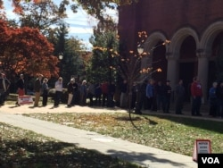 首都华盛顿居民11月8日排队投票(美国之音燕青拍摄)