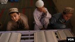 Murid sekolah agama sedang membaca kitab suci Al Qur'an di Karachi, Pakistan (foto: dok).