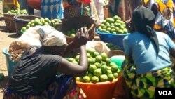 Abahinzi b'imbuto mu kibaya cya Bugarama mu Rwanda