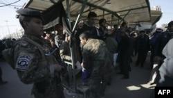 Cảnh sát khám xét người hành hương bên ngoài đền thờ Imam al-Abbas ở Karbala, ngày 21/1/2011