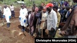 Le président de La CVR Nahimana et d'autres autres experts lors de la découverte de restes humains à Mwaro, Burundi, le 27 février 2017. (VOA/Christophe Nkurunziza)