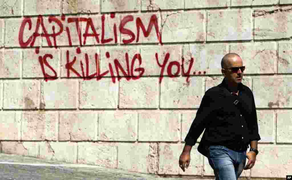 아테네 골목에 쓰인 낙서. '자본주의가 당신을 죽인다'는 내용이다.