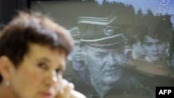 Majka iz Srebrenice, Sabra Kolenović, prati na teleivziji vesti o hapšenju generala Ratka Mladića.