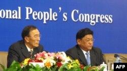 Chủ tịch Khu vực Tự trị Tây Tạng Padma Choling (phải) nói mục tiêu chủ yếu của ông vẫn là kiểm soát công cuộc phát triển kinh tế và ổn định xã hội cho tất cả dân chúng ở Tây Tạng