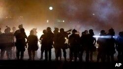 Fergyuson shaharchasida 9-avgust kungi otishmada Braun o'lganidan beri politsiya va namoyishchilar deyarli har kuni olishadi.