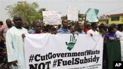 La hausse des prix du carburant a donné lieu à des manifestations au Nigeria, dont celle-ci à Lagos, le 12 janvier. (AP Photo/Sunday Alamba)
