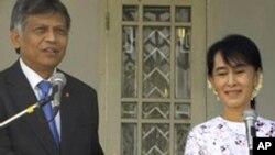 东盟秘书长素林(左)在仰光会晤缅甸民主派领袖昂山素季后联合举行记者会(2012年2月22日)