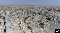 Une image réalisée à partir d'un drone montre des bâtiments endommagés à Raqqa, en Syrie, le 19 octobre 2017.