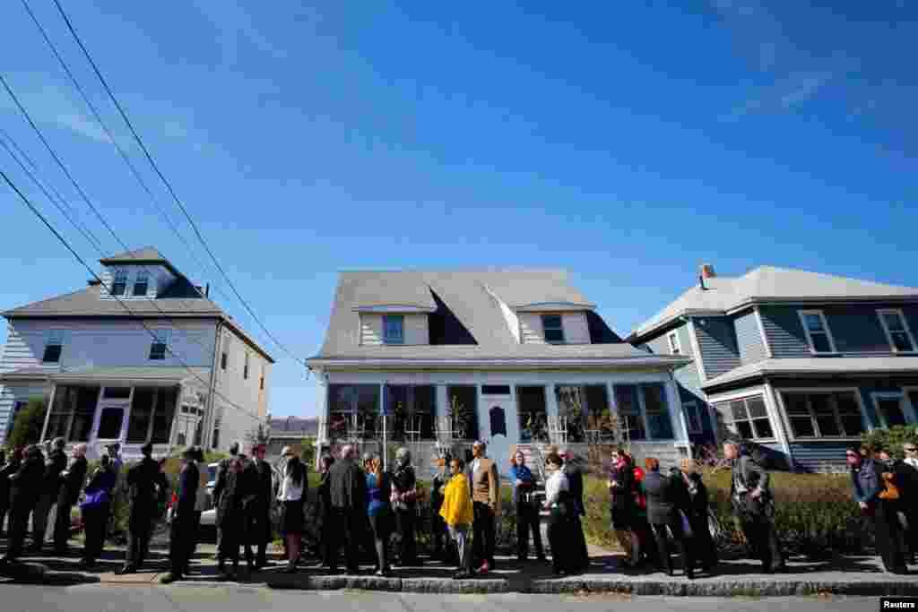 Hàng trăm người xếp hàng dài để chia buồn cùng gia đình nạn nhân vụ nổ bomKrystle Campbell, ngày 21/4/2013.