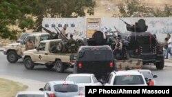 Militer Libya mengamankan gedung parlemen di Tripoli (foto: dok). Serangan bom terjadi di kota Tobruk, markas parlemen terpilih Libya yang baru, Rabu (12/11).