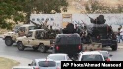 利比亞電視台畫面顯示在的黎波里街頭有軍車巡邏。
