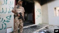 Un militar libio frente al consulado atacado en Bengasi donde murió el embajador estadounidense Chris Stevens.
