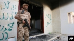Bingazi'de yanan ABD konsolosluğu önünde bekleyen Libyalı koruma görevlisi