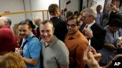 Un gran número de parejas homosexuales hacen fila para convertirse en los primeros en conseguir la licencia de matrimonio en una corte en Miami.