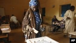 Vote à Niamey, au Niger, le dimanche 21 février 2016.