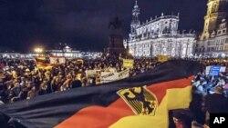 İslam ve göçmen karşıtı Pegida hareketinin her pazartesi akşamı Dresden'de düzenlediği gösterilerden biri