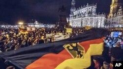 Göçmen ve İslam karşıtı Pediga hareketinin her hafta Dresden kentinde düzenlediği gösterilerden biri