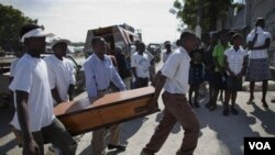 Para warga Haiti memakamkan korban yang meninggal akibat kolera di ibukota Port-au-Prince.