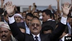 Yemen lideri başkentte taraftarlarını selamlıyor (Arşiv)