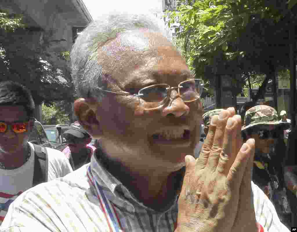 Anti-government protest leader Suthep Thaugsuban greets supporters during a rally, in Bangkok, Thailand, May 8, 2014.