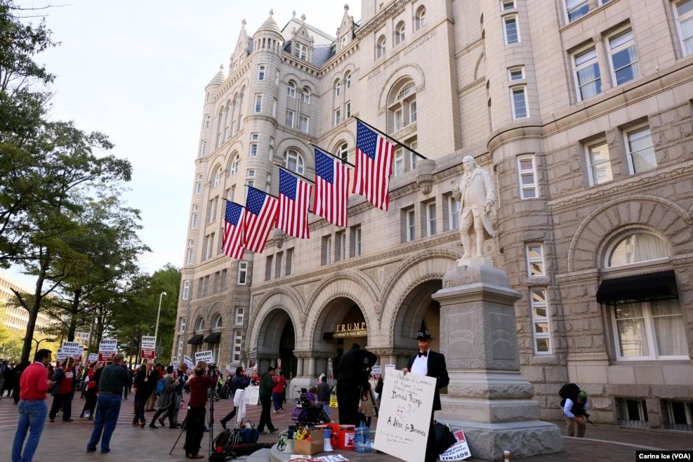 2016年10月26日,川普在华盛顿开的,离白宫不远的豪华酒店。门前有人示威