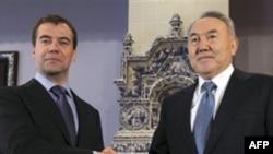 Tổng thống Nga Medvedev (trái) và Tổng thống Kazakhstan Nazarbayev cam kết củng cố quan hệ 2 nước và cùng giải quyết các vấn đề khu vực